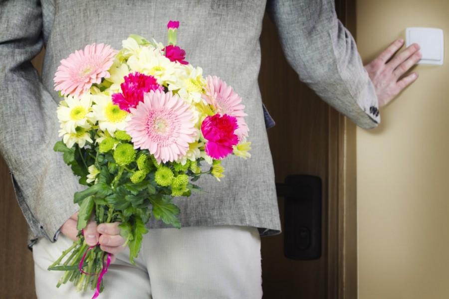 A férje halála után 7 hónappal valaki csönget az ajtón egy csokor virággal