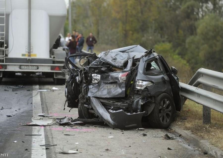 Megjöttek a képek az MO-ás autóúti tömeges balesetről
