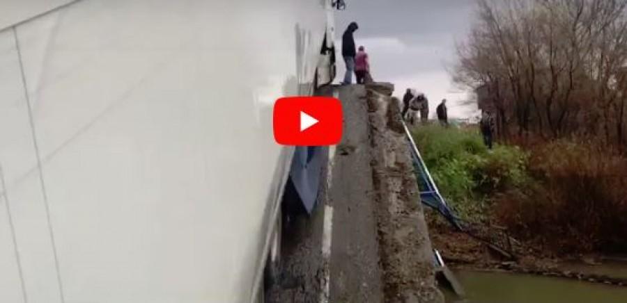 Katasztrófa: kamion préselte néhány centi vékony lappá a kocsit az utasokkal együtt
