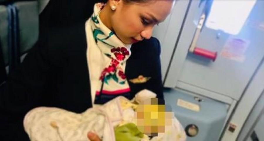 Megszoptatta az utas kisbabáját a stewardess