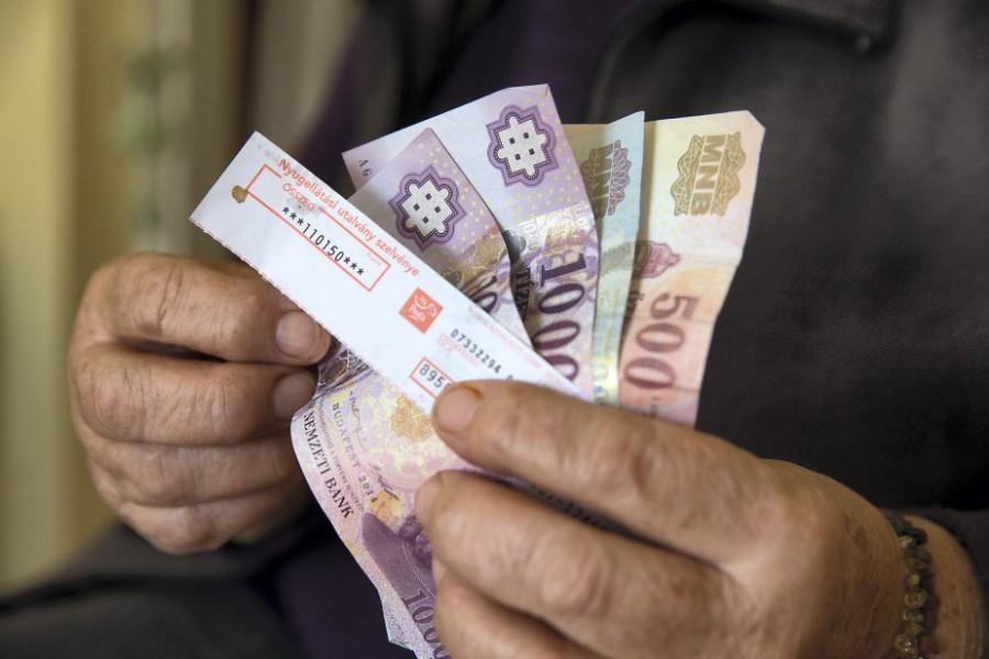 Jó hír: Ma jön a bankszámlákra a nyugdíjprémium