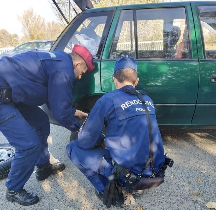 Ma defektet kaptunk, ekkor megjelent 2 rendőr és bebizonyították, hogy miért választották ezt a hivatást