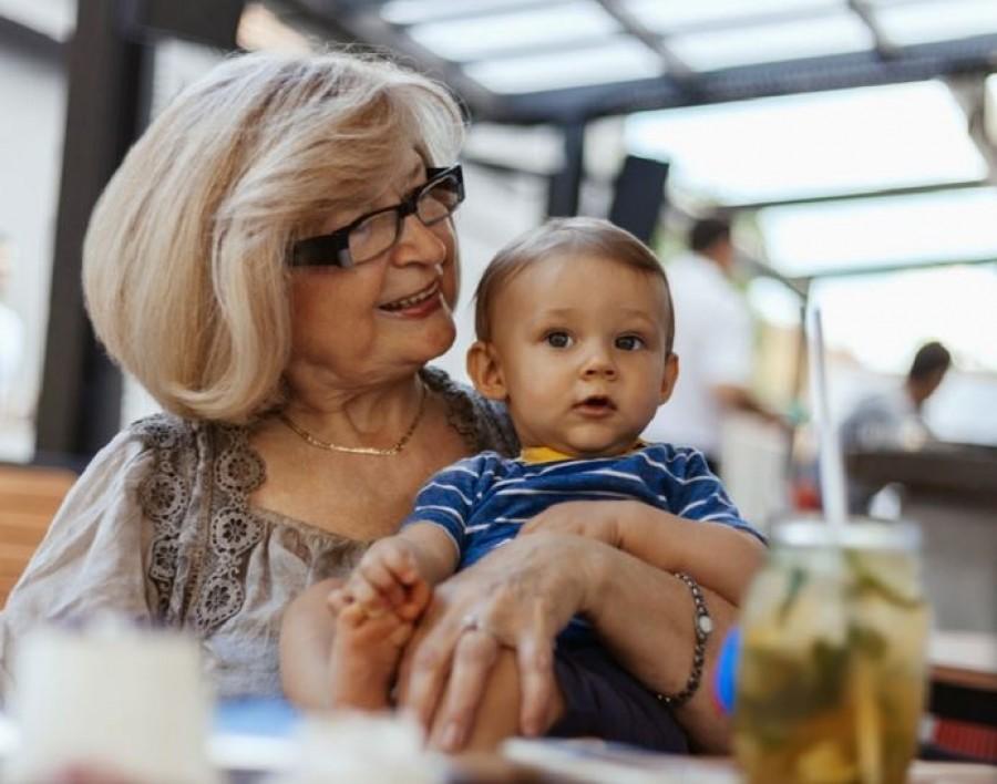 A tudósok bebizonyították, hogy az anyai ági nagymama a gyermek életében a legfontosabb személy. Ezért!
