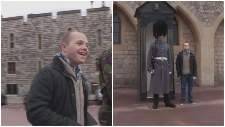 Nézd mit művel a katona mikor észreveszi, hogy a Down szindrómás testvére áll mellette