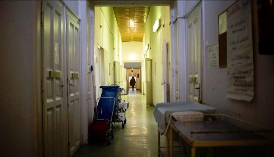 A nővér rajtakapta a férfit, mit csinál haldokló feleségével a kórházban
