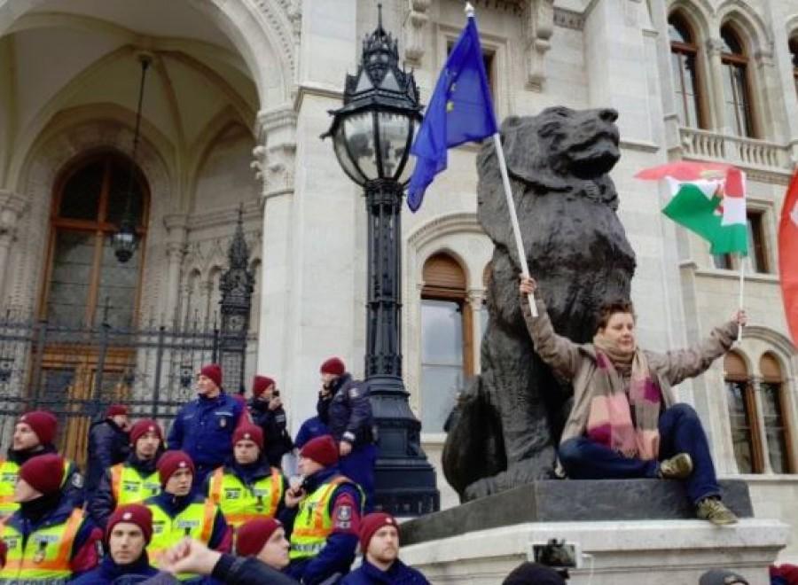 Betört a tömeg a lezárt Kossuth térre, a parlament lépcsőig jutottak el