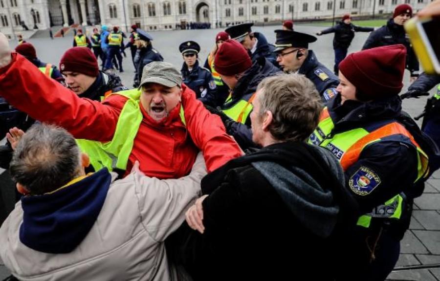 Kórházba szállították az MSZP alelnökét, mert leteperték a tüntetésen a rendőrök