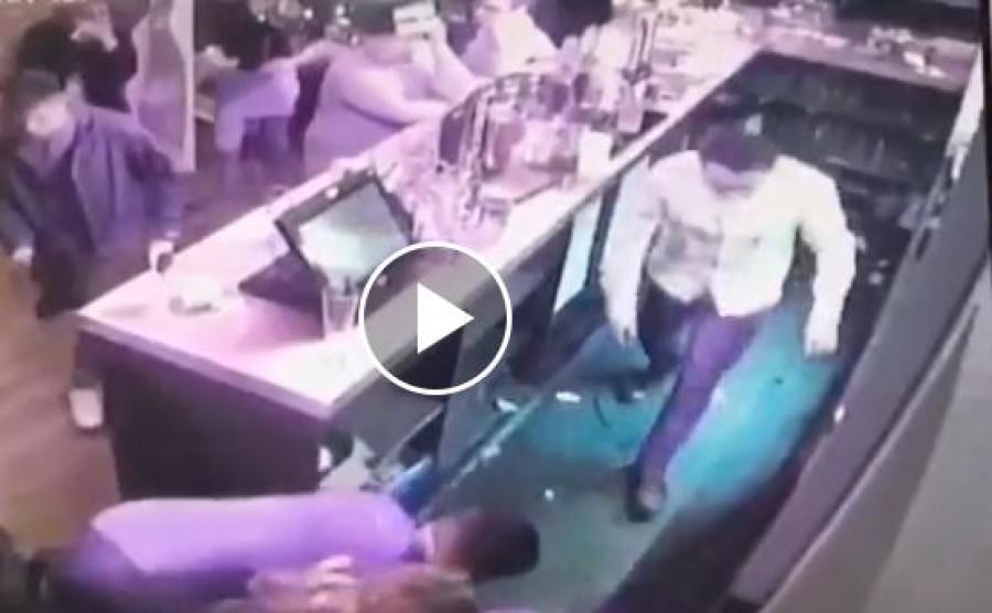 A férfi átölelte a kolléganő nyakát, és azt hitte viccel, amikor összeesik
