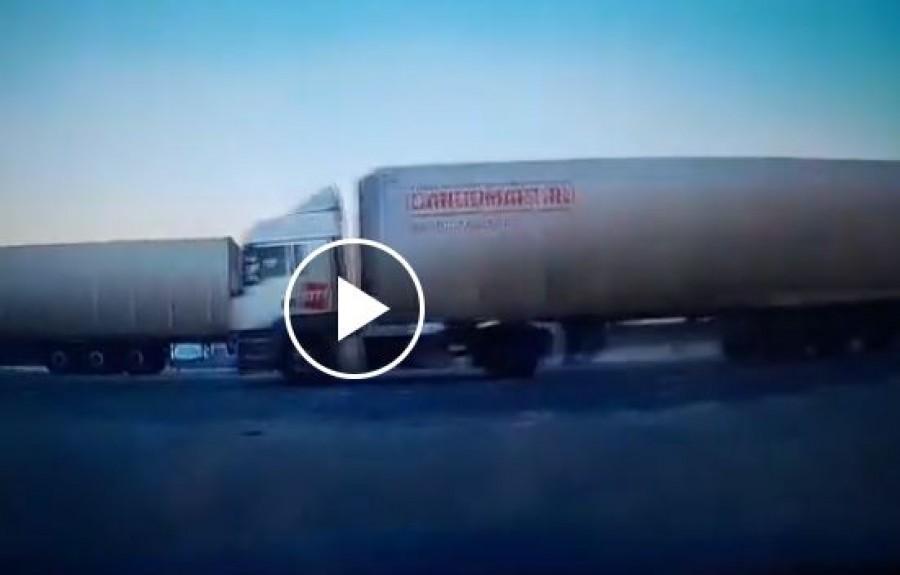 Halálos baleset: Egy személyautót gyűrt maga alá a kamion