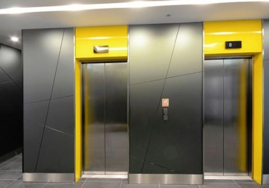 Ezt csinálta a liftben a nyugdíjba vonuló rendőr - mindent rögzített a kamera