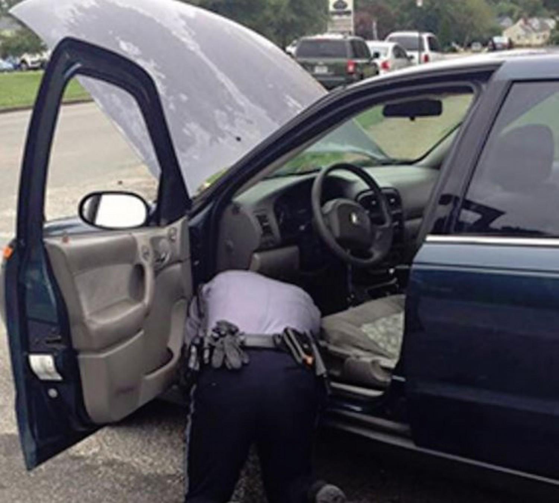 A rendőr arra kérte az asszonyt, hogy nyissa fel a csomagtartóját – amit a kamera felvett, az futótűzként terjed az interneten