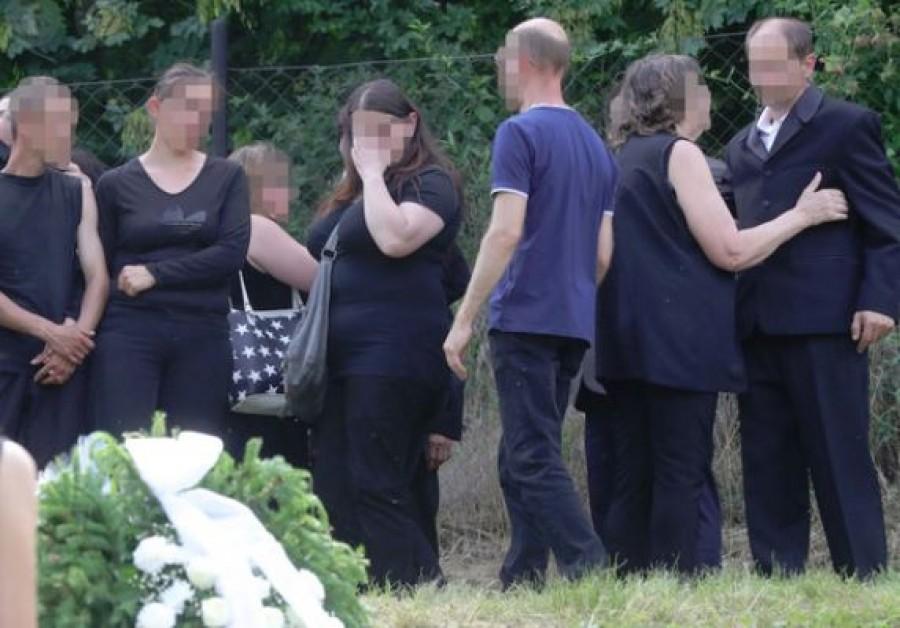 Földi pokol: a meggyilkolt Adrienn családja a temetőben állított fát