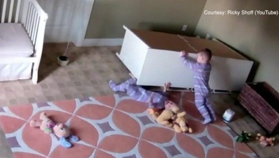 Kiszabadította ikertestvérét a ráboruló szekrény alól egy kétéves kisfiú