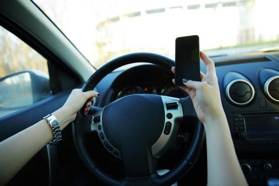 2019. január 1-től 30 napra elveszik a jogosítványát annak az autósnak, aki mobilt tart a kezében