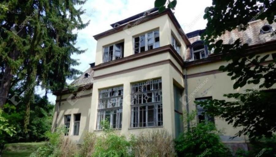 Egy lepusztult panel áráért kínálják ezt a festői kastélyt a Bükkben