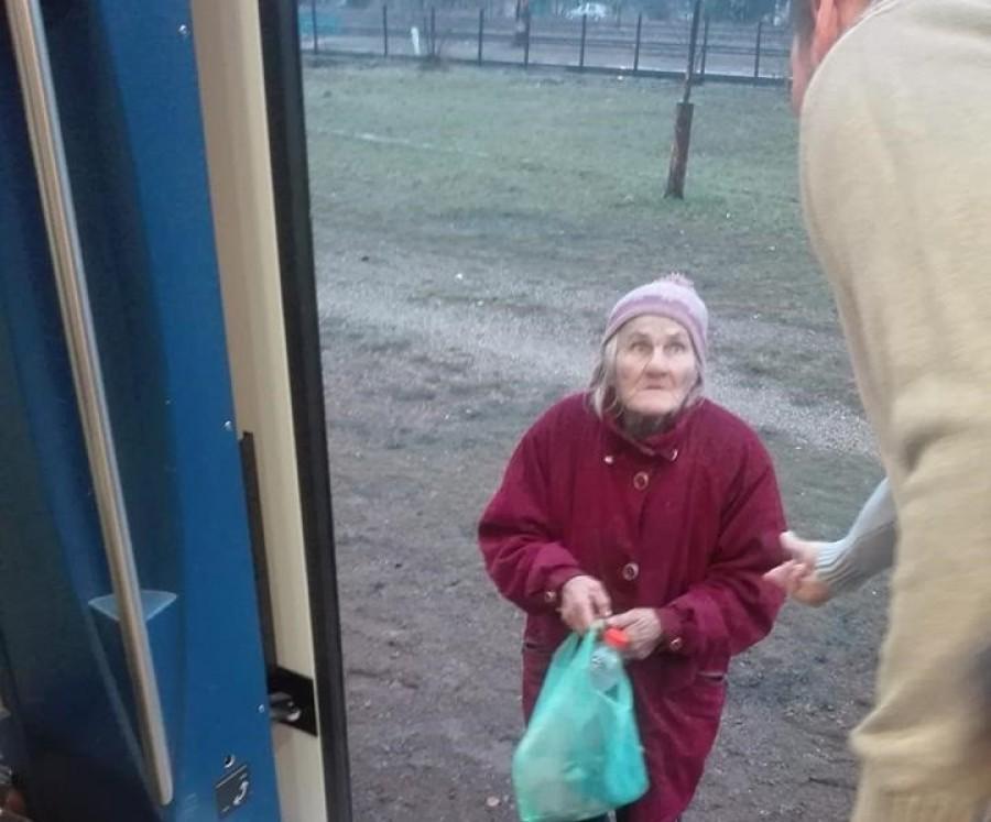 74 éves nénit raktak le a vonatról mert lejárt az igazolványa