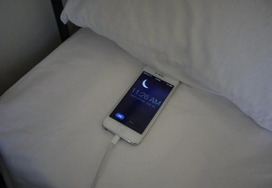 Ezért nem szabad egész éjszakára töltőn hagynod a telefonodat