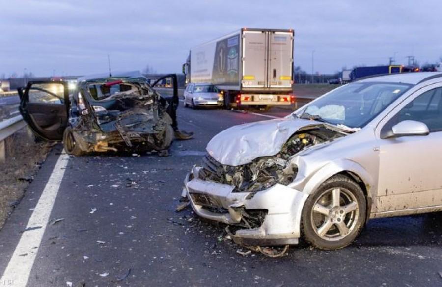 Halálos tömegkarambol az M1-esen: négy autó és egy kamion ütközött
