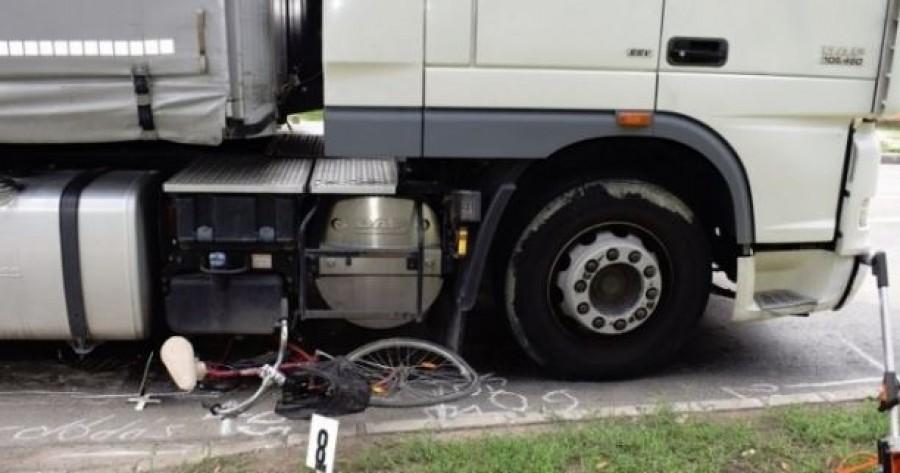 Kamion alá sodródott a kerékpáros - nem lehetett megmenteni