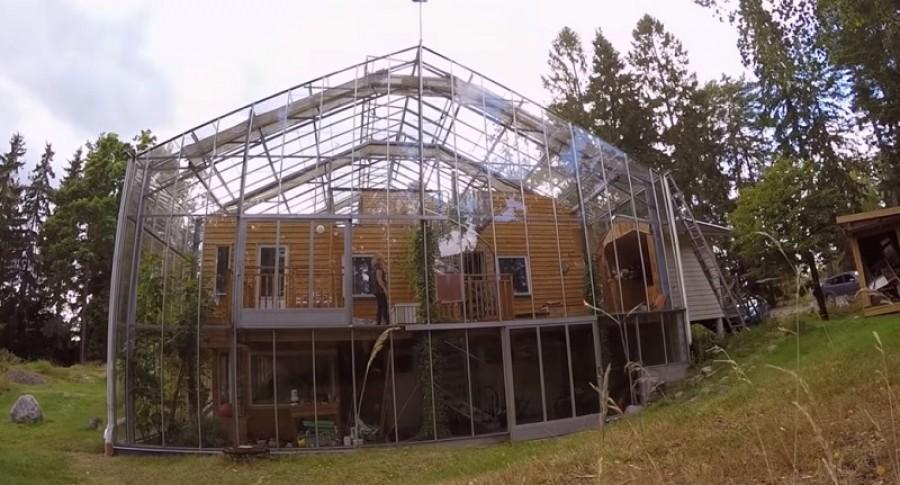 Üvegházzal építette körbe a házukat a házaspár - egész évben zöldségeket termeszthetnek, és télen sokkal kevesebbet kell fűteni