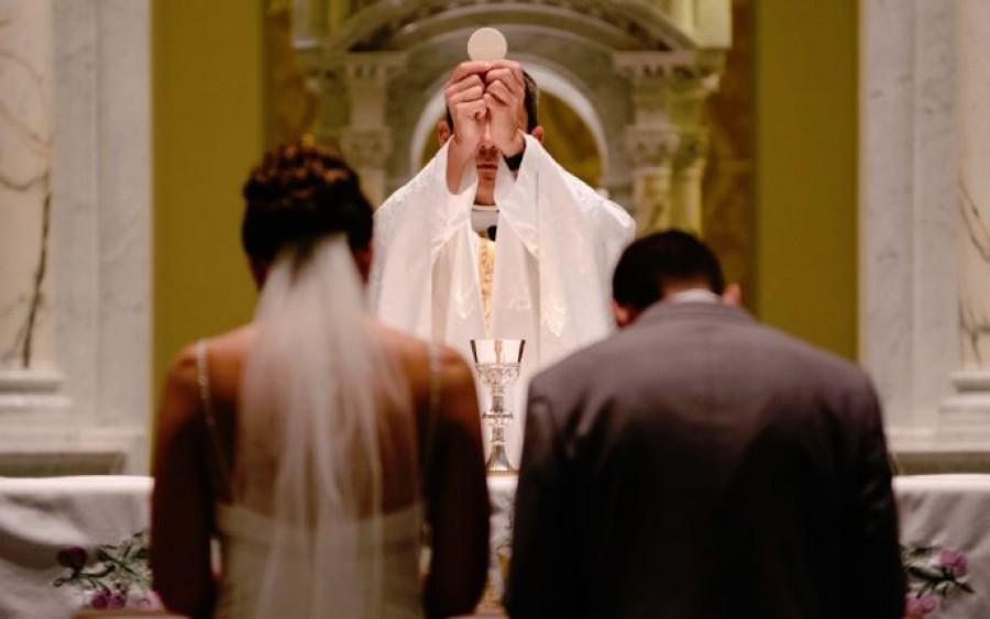 Az örömanya olyan ruhában jelent meg fia esküvőjén, hogy a pap belepirult