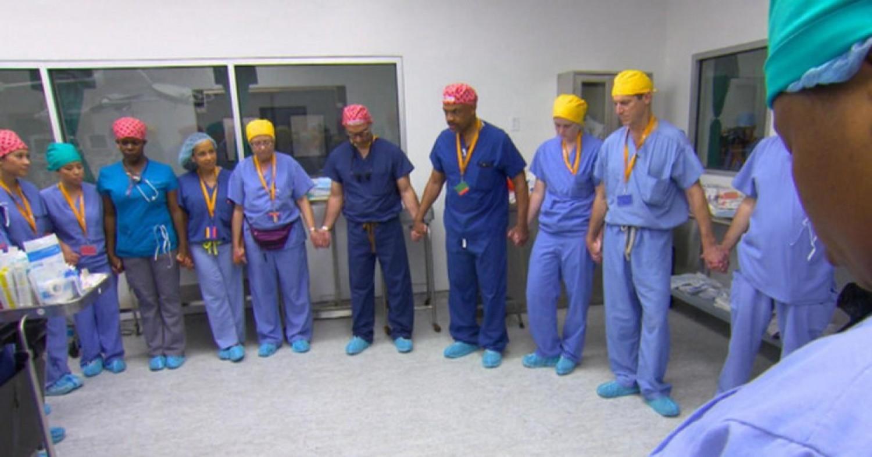Hihetetlen: így készültek a neves sebészek a világ egyik legritkább műtétjéhez