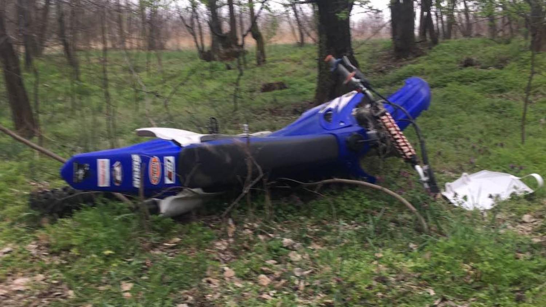 Az erdőben sétáló nő bukkant rá a halott motorosra