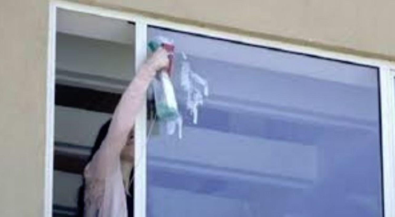 Ablakpucolás közben történt tragédia, a mélybe zuhant a panelről egy nő