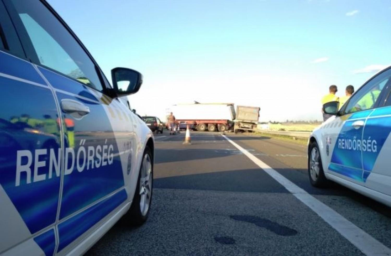 Kamionbaleset az M1-esen: öt kilométeres kocsisor áll