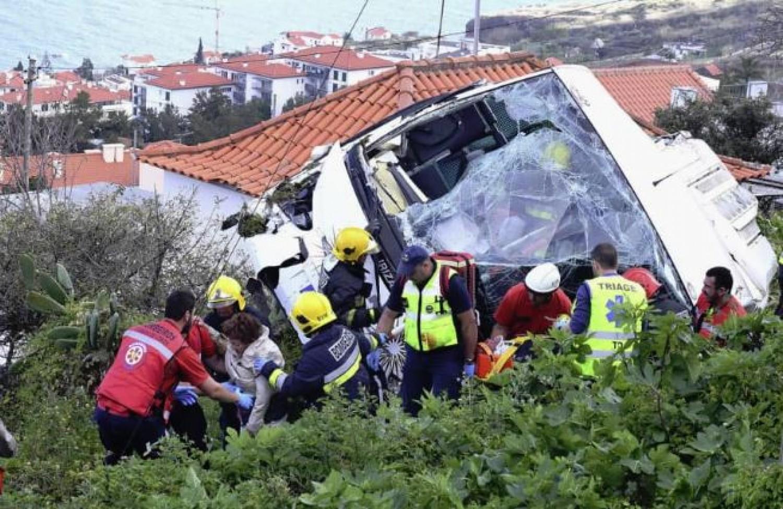 Felborult egy turistabusz - 28 az áldozatok száma