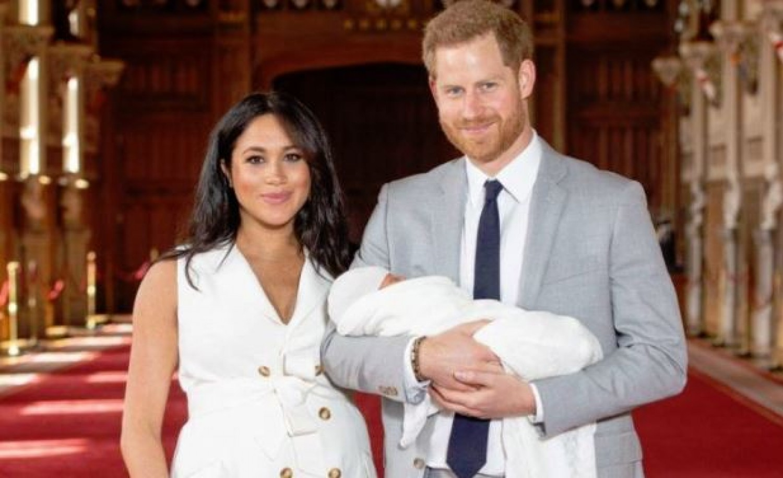 Itt az első fotó a királyi babáról, és a boldog szülők első interjúja