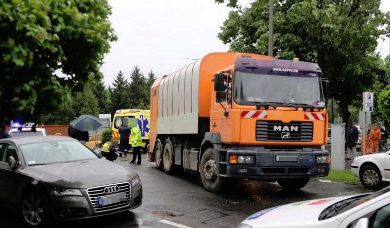Halálos baleset: kukásautó ütött el egy nőt (videó)