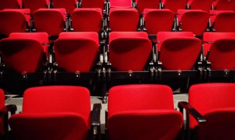Horror a moziban: felesége végignézte, amint férjét megfojtja egy szék
