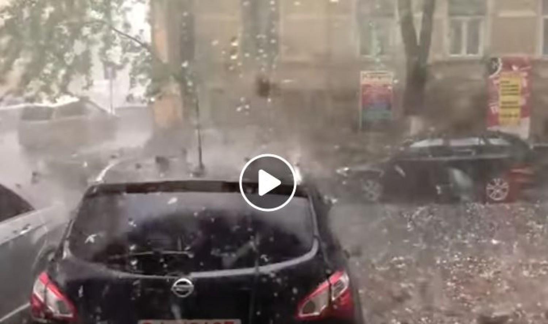 Ilyen az, amikor 5 cm-es jégeső veri az autódat (videó)