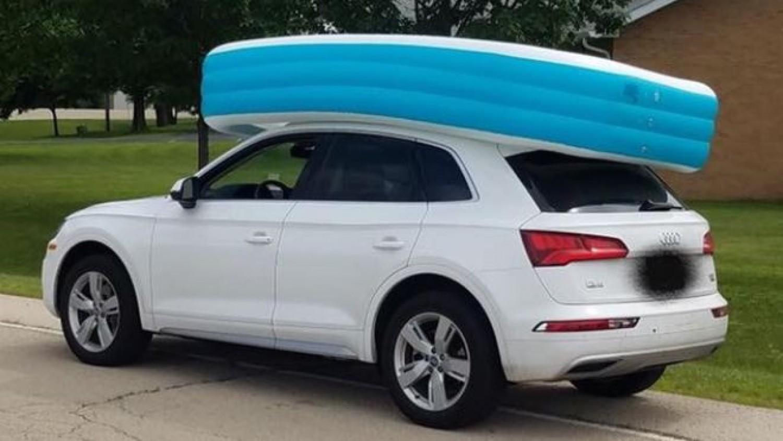 A kocsija tetején szállította a műanyag medencét a nő, úgy, hogy beleültette a két lányát is