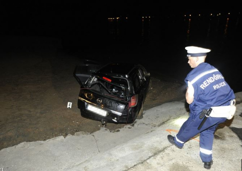 Újabb vízi tragédia: kompra várt egy autó Nagymarosnál, de begurult a Dunába