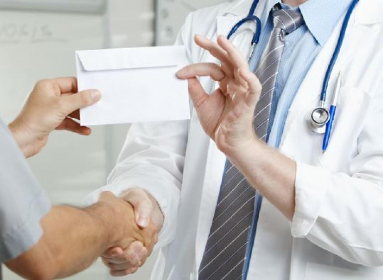 Így buktatják le a hálapénzt kérő orvosokat