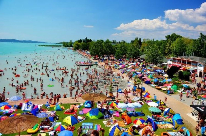 Káosz a Balatonnál: menekülnek a turisták!