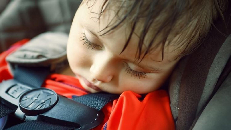 Elhunyt egy autóban felejtett 1 éves pici gyermek