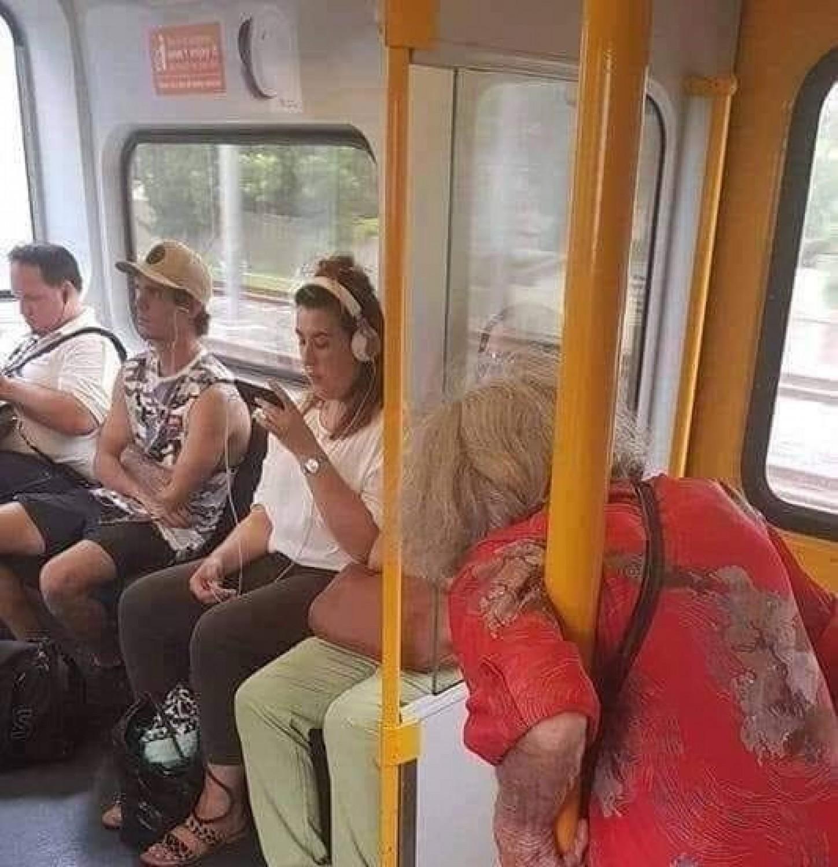 Ma a villamoson nem adták át a helyet ennek az idős néninek, ekkor jött egy roma ember és ezt tette