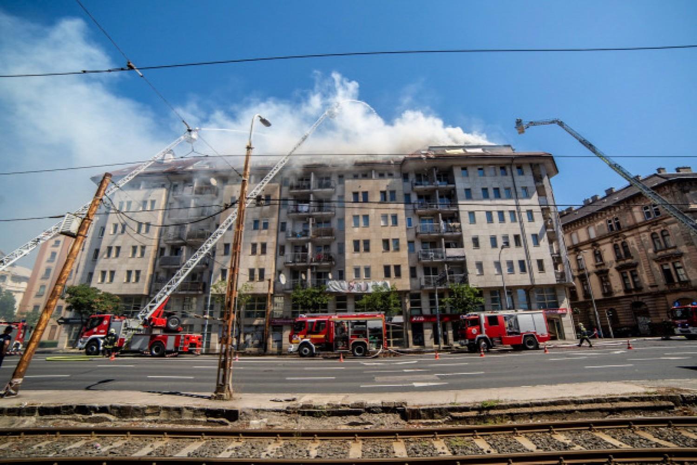 Friss hír: Lángokban áll egy budapesti társasház felső szintje, mintegy 200 négyzetméteren