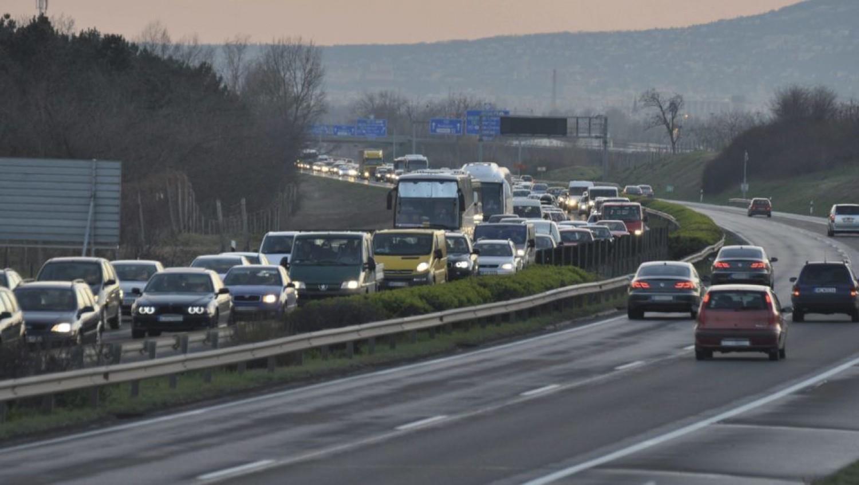 7 kilométeres sor áll az autópályán Pest felé - hatalmas a torlódás