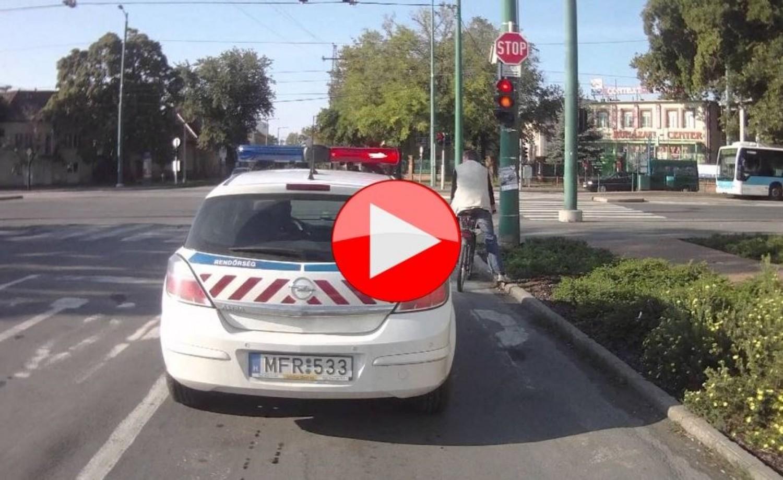 Figyeld, mit csinál a motoros, amikor a rendőrautó mögé ér
