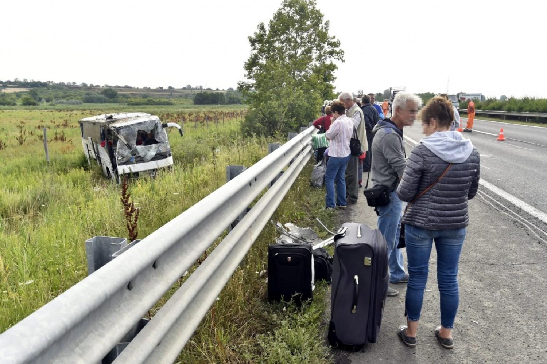 Halálos baleset: egy busz és egy személyautó csapódott egymásba