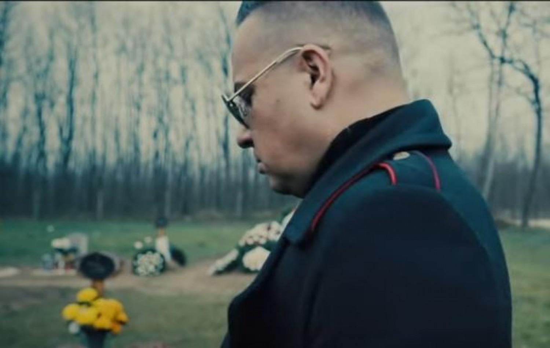 L.L. Junior a temetőben énekelt