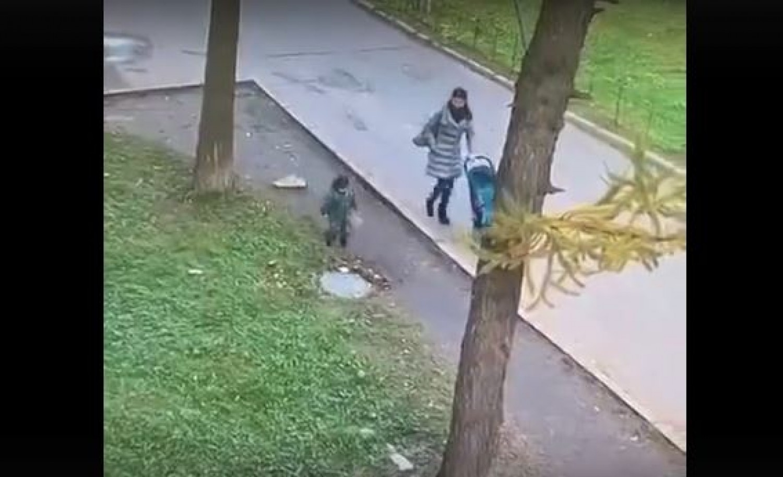 Minden szülő rémálma: a csatornafedélre lépő gyereket elnyeli a föld (videó)