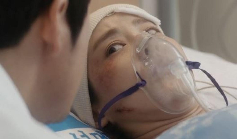 A kislány 4 év kóma után az orvos fülébe súg valamit, aki lesápad