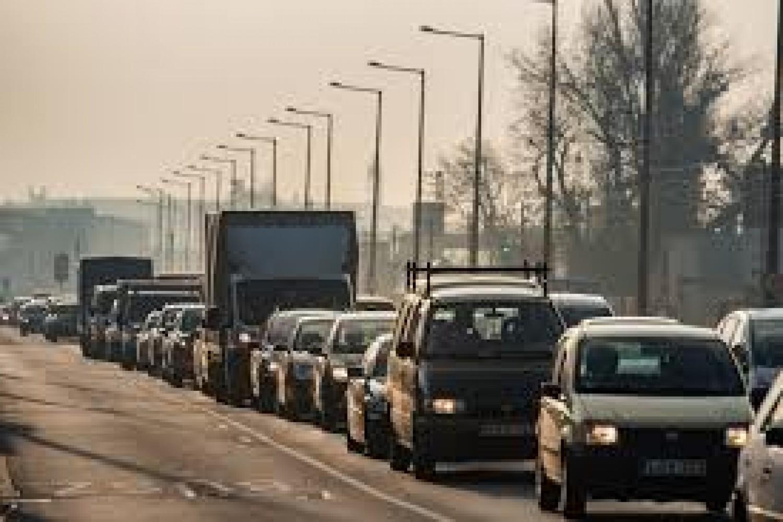 Aki autóba ül, készüljön fel! Hatalmas forgalom az autópályákon, giga várakozások a határátkelőkön.