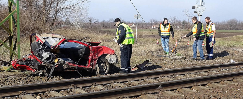 Felfoghatatlan tragédia: a nagymama vezette az autót, amit elgázolt a vonat Kecskemétnél