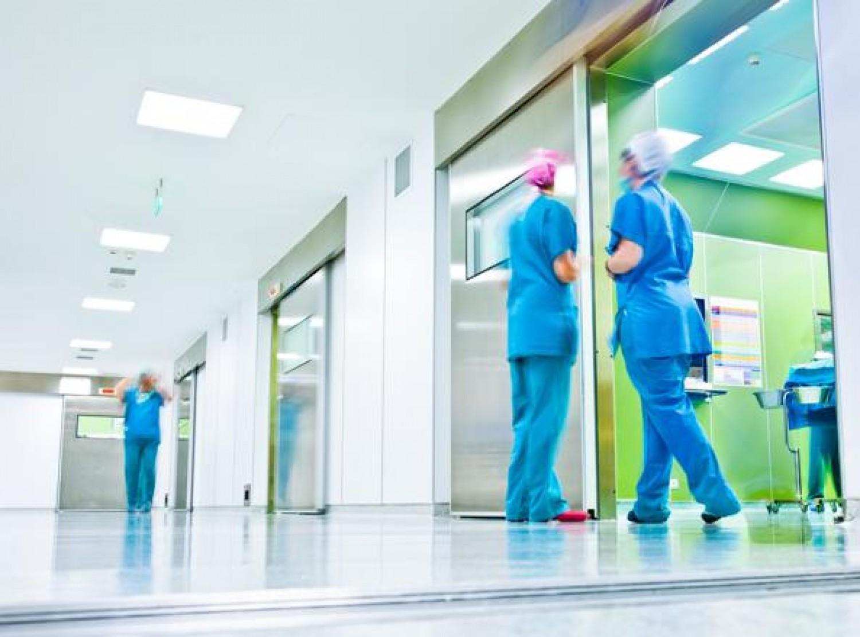 Összeomolhatnak a svájci kórházak - napi 2000 tesztet végeznek